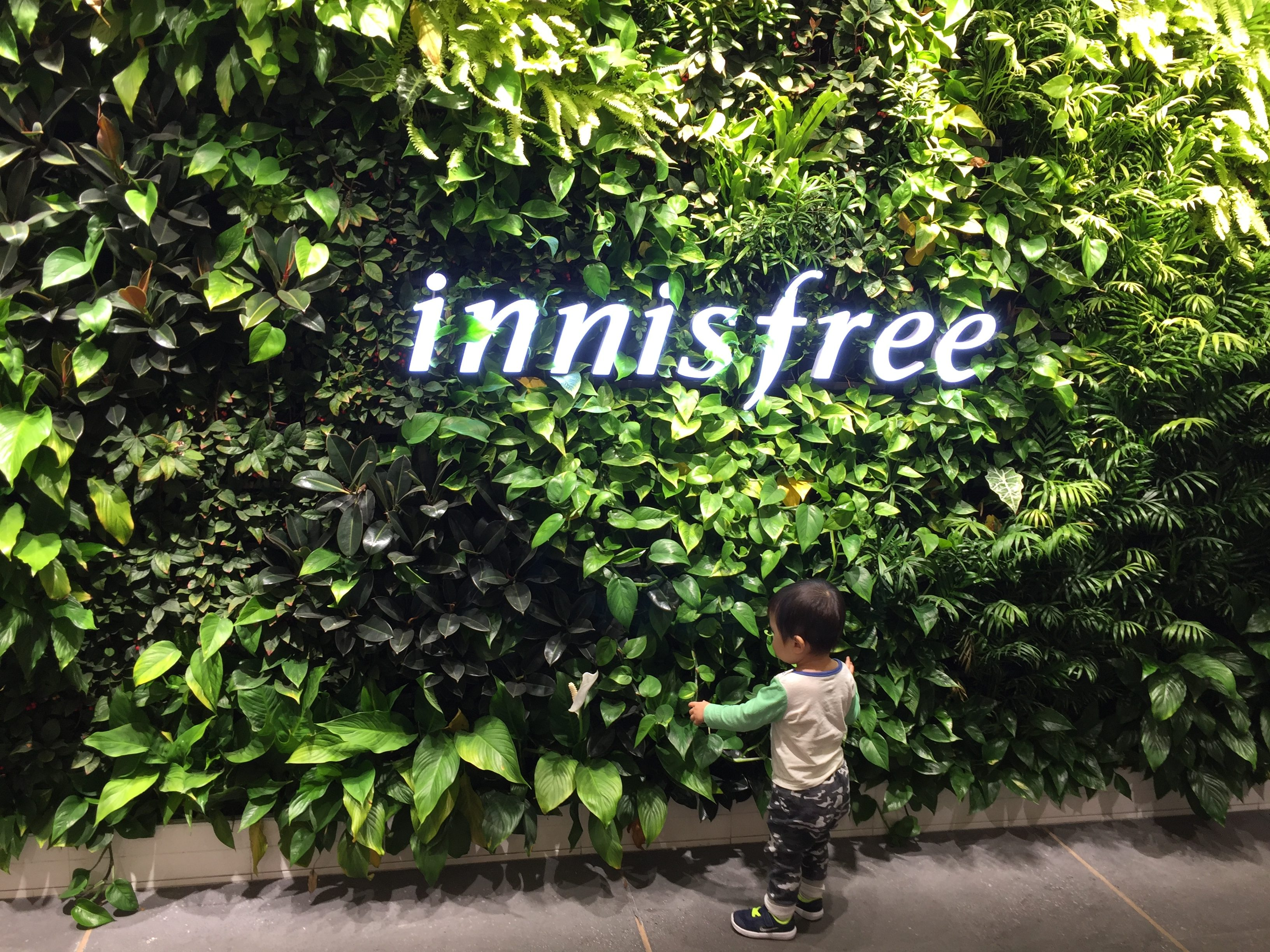 Little Z checking out the fresh greenery while Mommy shop for cosmetics! haha