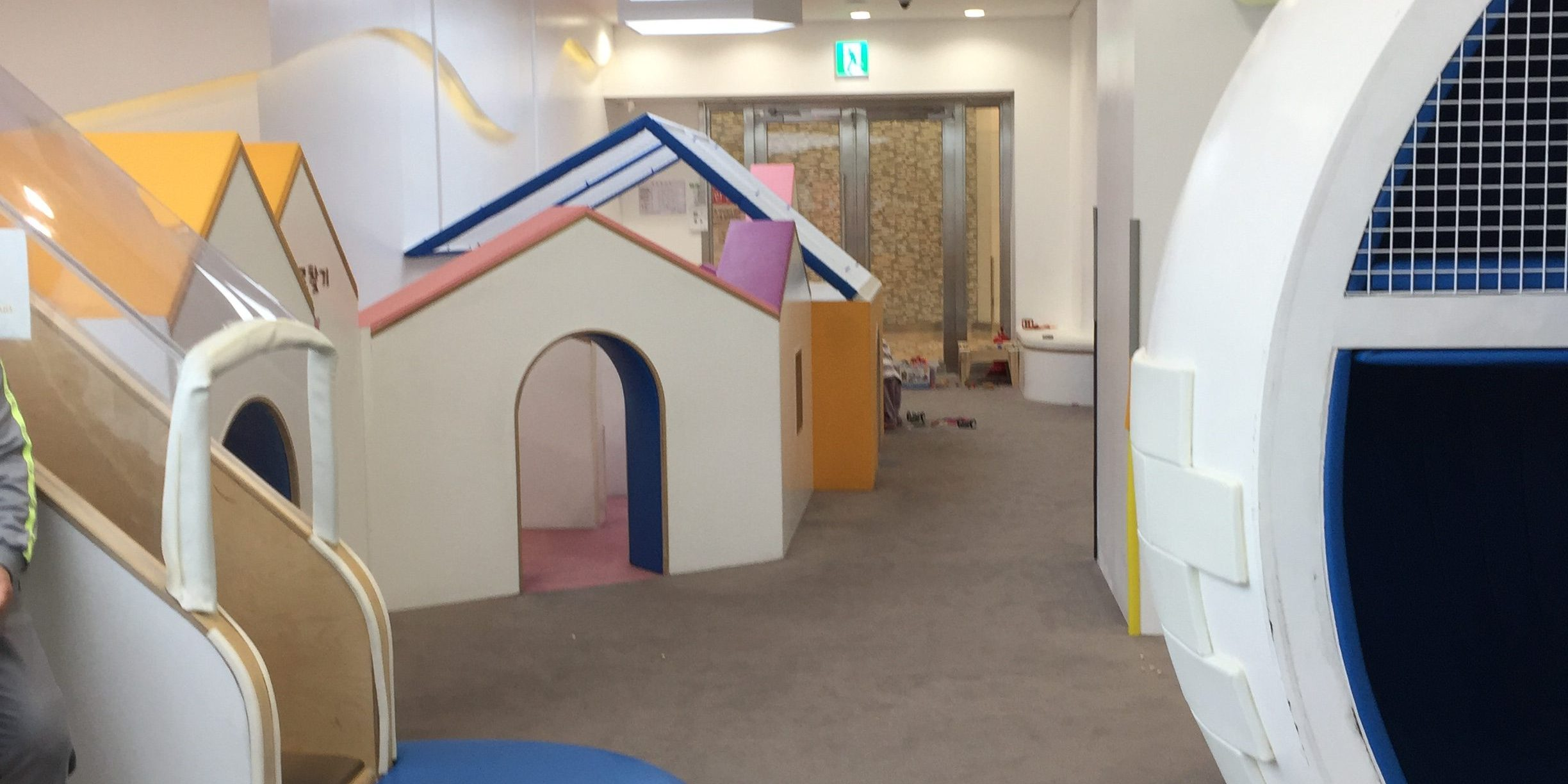 A slide and maze section at Pororo Lounge
